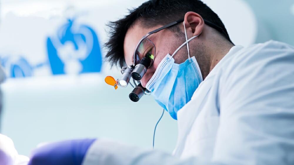 Imagem de médico dentista em consulta