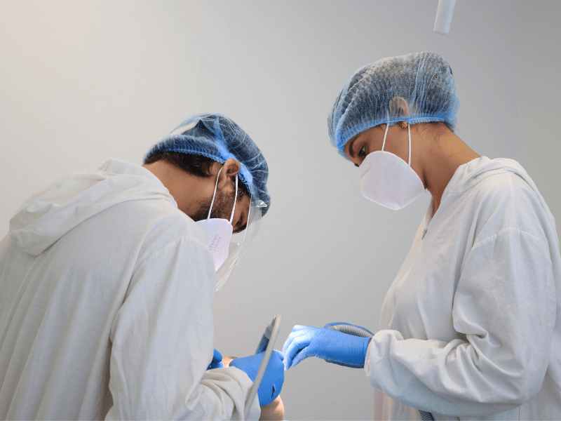 imagem de uma cirurgia de colocação de prótese dentária all-on-four