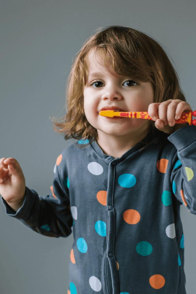 imagem de criança escovar os dentes
