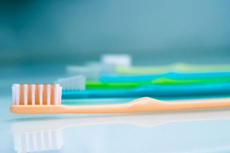 imagem de escovas de dentes alinhadas