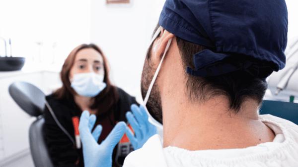 Médico Dentista a falar com o paciente