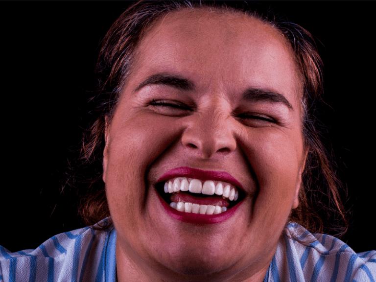 imagem de uma paciente a sorrir