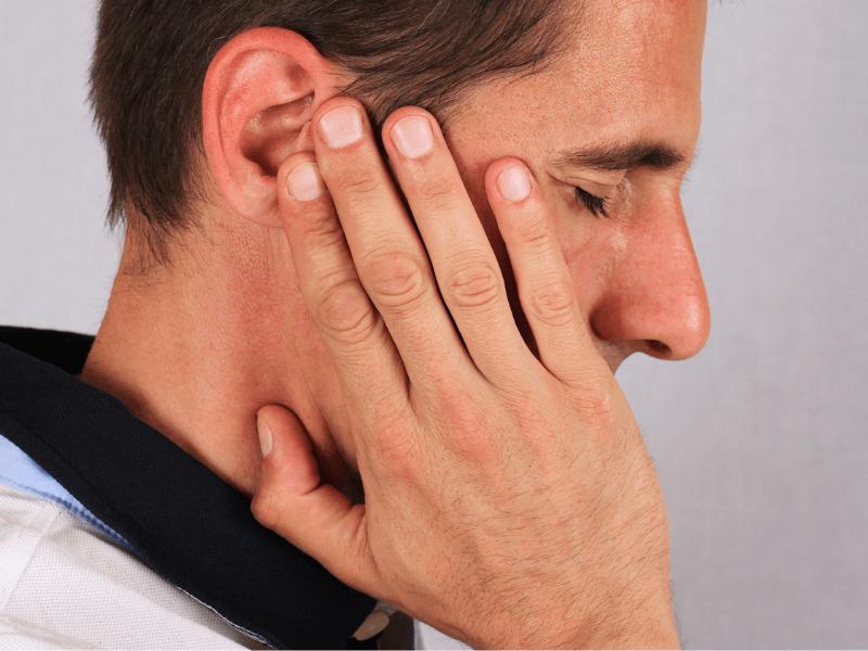 imagem de paciente a queixar de distúrbio na articulação temporomandibular