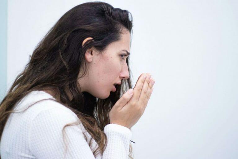 imagem de pessoa a tentar perceber se tem mau hálito