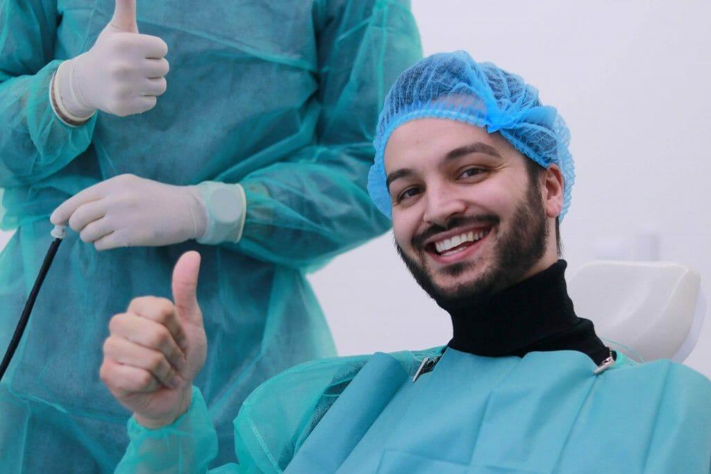 paciente após a colocação de coroa dentária