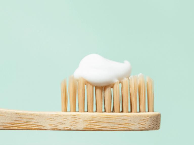 imagem de uma escova de dentes com pasta com flúor