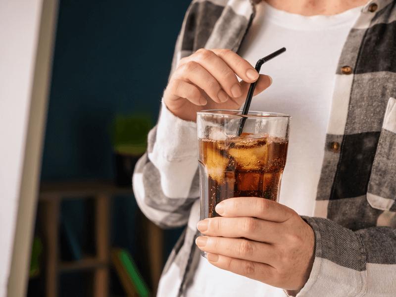 imagem de pessoa a beber refrigerante